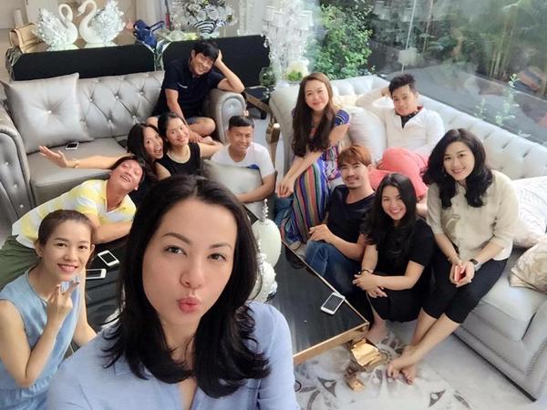 Ngày 9/3, những đồng nghiệp cũ trong nhóm người mẫu Hoa Học Đường đình đám một thời rủ nhau mở tiệc tại nhà Hoa hậu Yến Nhi - bà xã của nhiếp ảnh gia Ngô Anh Khôi để tống tiễn Ngọc Thúy về nhà chồng.