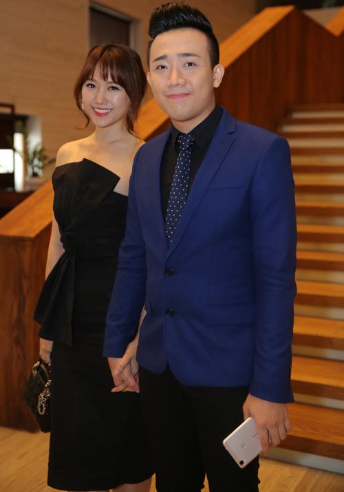 Cặp đôi hot của showbiz Việt nắm chặt tay nhau không rời. Cách đây vài ngày, Trấn Thành từng gây xôn xao khi có màn cầu hôn Hari lúc nửa đêm.