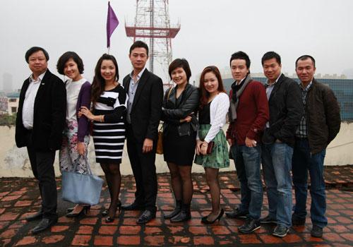 Nhạc sĩ Lương Minh (đầu tiên bên trái) cùng các đồng nghiệp Ban Văn nghệ Đài THVN.