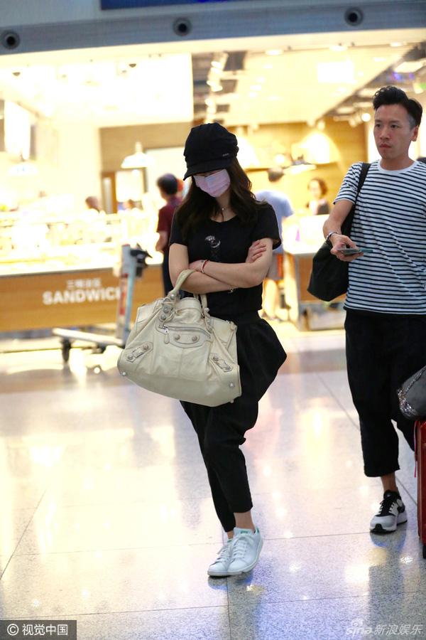 Nữ diễn viên diện trang phục thoải mái và giày bệt để thuận tiện di chuyển.