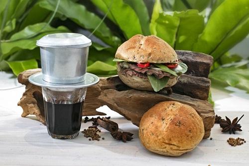 Một gợi ý nhỏ dành cho bạn, bánh mì phở và cà phê Việt Nam chính là bộ đôi take away hoàn hảo cho những người vội vã bắt đầu một ngày mới thuận lợi.