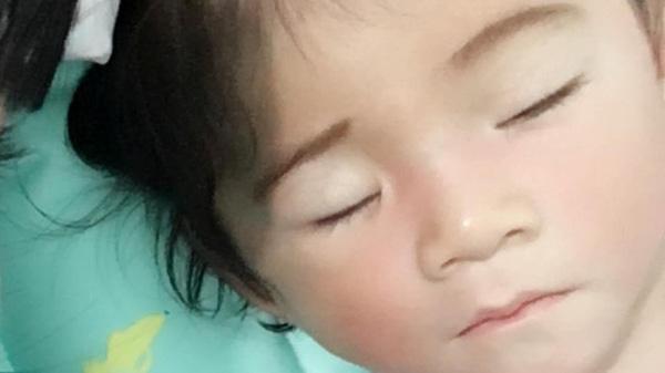 Bé Yến Nhi ăn ngon, ngủ ngon. Khuôn mặt xinh như thiên thần.
