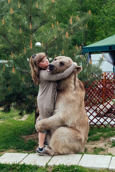 Stepan ôm bà chủ để thể hiện tình cảm. Ảnh: Caters