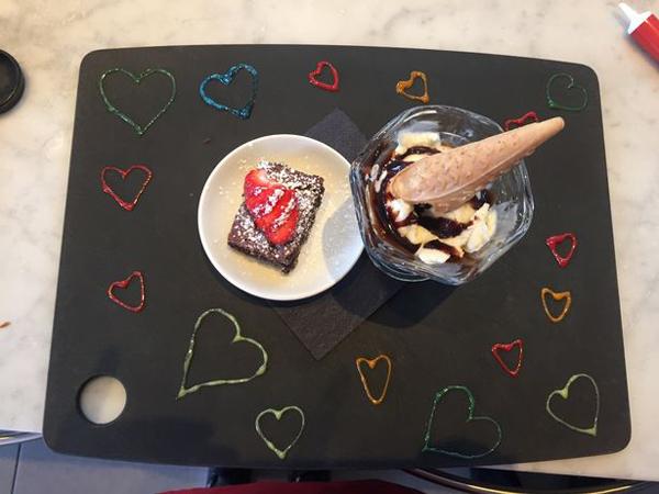Món kem tráng miệng được trang trí bằng trái tim nhiều màu sắc. Ảnh: Pizza Express
