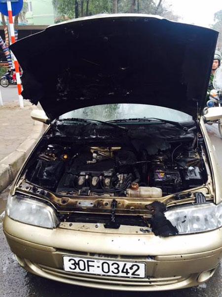 Chiếc xe hư hại phần nắp capo - (Ảnh: CTV).