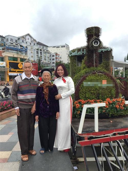 Chị Huế (ngoài cùng bên phải) và bố mẹ trong chuyến du lịch cùng gia đình mới đây. Ảnh: NVCC.