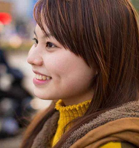 Lệ Thu cho rằng một nụ cười tươi sẽ khiến bản thân xinh đẹp hơn, cuộc sống bớt đi một điều đau khổ - Ảnh: NVCC