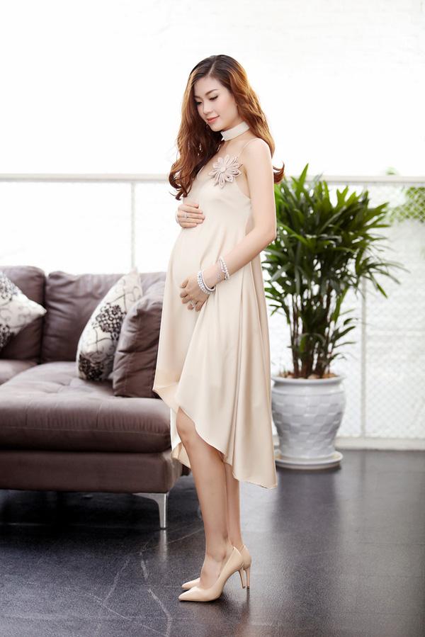 Á hậu Diễm Trang vẫn vô cùng xinh đẹp dù bụng đã ngày càng to hơn trước.