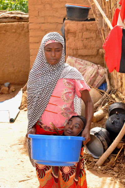 Chiếc chậu nhựa là nơi sống của Rahma từ bé đến nay. Ảnh: Barcroft Media