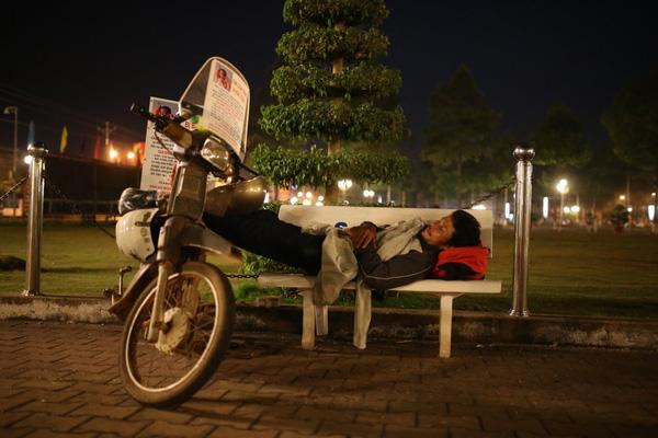 Anh Huynh đi tìm con, đêm ngủ ngay tại công viên - ảnh: Tuổi Trẻ.