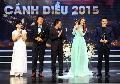 Nhã Phương (váy xanh) được vinh danh ở hạng mục Nữ diễn viên chính xuất sắc trong phim truyền hình với vai diễn trong phim Tuổi thanh xuân. Ảnh:Giang Huy.