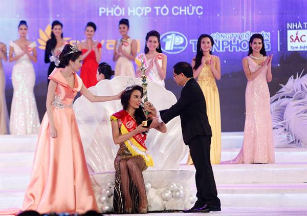 Hoa hậu Kỳ Duyên trong giây phút đăng quang.