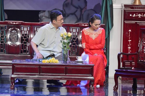 Kim Hiền còn nhờ đến một nhà thiết kế nổi tiếng ở Sài Gòn chuẩn bị những bộ áo dài xưa, phù hợp với thời điểm câu chuyện trong vở kịch.