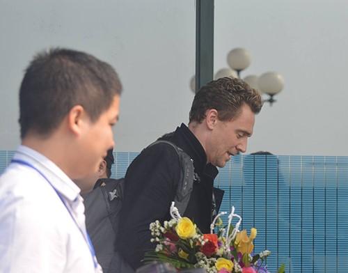 Nam diễn viên Tom Hiddleston tại Quảng Bình sáng nay. Ảnh: Văn Được