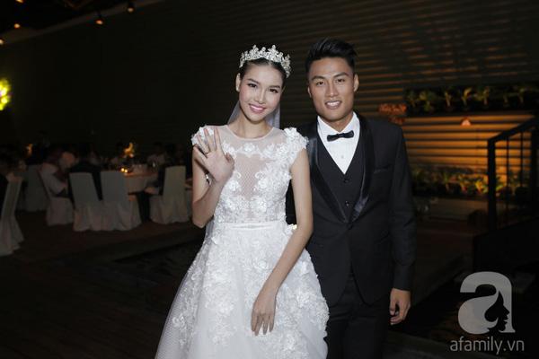 Mặc dù trời mưa nhưng cô dâu, chú rể vẫn cười rất tươi khi vừa tới nơi tổ chức tiệc.