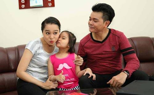 Linh Tý hạnh phúc bên vợ là diễn viên Bích Trâm và con gái nhỏ. Dù chỉ đóng vai phụ, vai nhỏ, Linh Tý luôn bền bỉ theo đuổi nghề diễn.