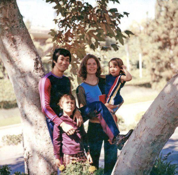 Những khoảnh khắc bình yên và hạnh phúc của Lý Tiểu Long và vợ con khi còn sống.