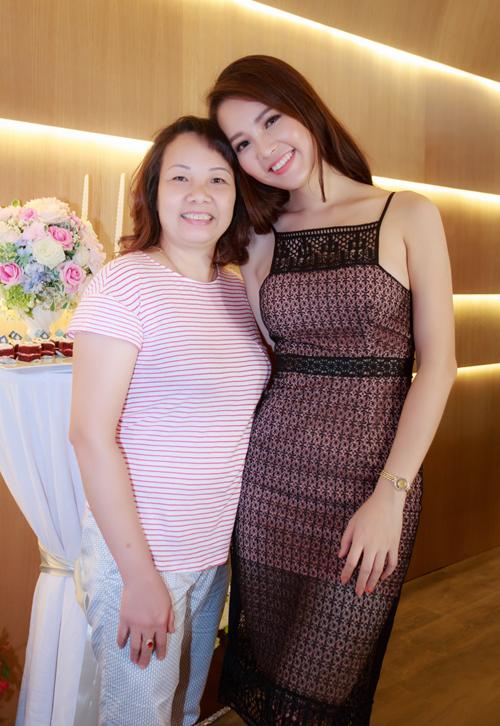 Trong ngày trở thành bà chủ, mẹ Thụy Vân giản dị tới chúc mừng con gái.