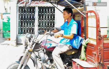 Anh cố gắng chạy xe chở hàng thuê để kiếm tiền mua lại xe máy đưa con đi học.