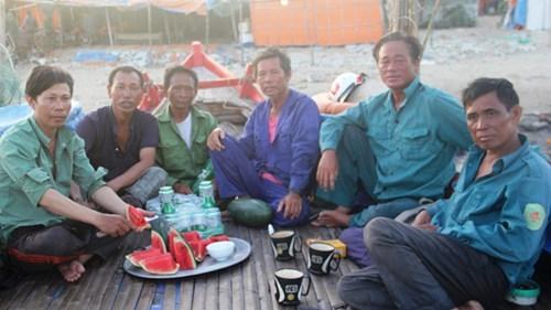 Các ngư dân Hà Tĩnh kể lại giây phút cứu vớt phi công Nguyễn Hữu Cường. Ảnh: V.H