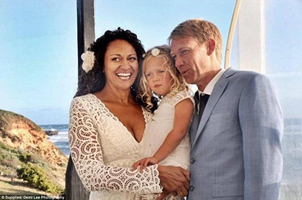 Sau tất cả, cô bé Leila lại được sống với cả cha và mẹ ruột của mình thay vì không biết mặt cha là ai.