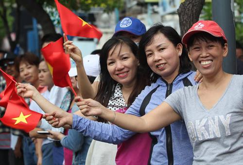 Người dân thành phố Hồ Chí Minh đứng bên đường chào đón Tổng thống Mỹ. Ảnh: Phước Tuấn