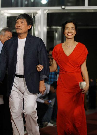 Vợ chồng đạo diễn Phạm Việt Thanh- Lê Khanh rạng rỡ trên thảm đỏ LHP Quốc tế Việt Nam 2010.
