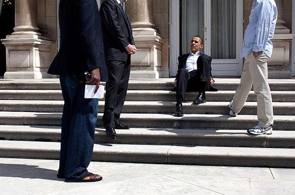 Giây phút ngẫu hứng của Tổng thống Obama khi ông biểu diễn một động tác trong môn võ thuật cổ truyền của Hàn Quốc Taekwondo. Ông được Tổng thống Lee Myung-bak tặng cho một bộ trang phục võ thuật làm quà lưu niệm năm 2009.Giây phút thảnh thơi của ông Obama tại bậc thềm tại khu nhà của đại sứ Mỹ ở Paris ngày 7/6/2009.