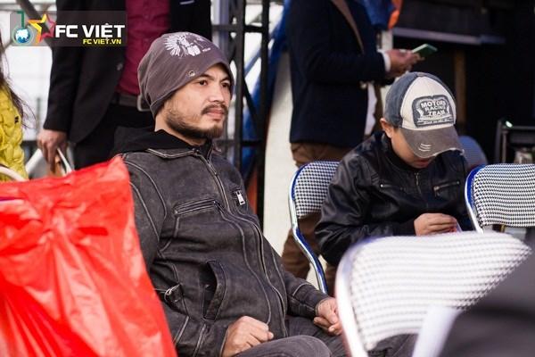 Vì lý do sức khỏe, Trần Lập và con trai chỉ ngồi đợi đoàn diễu dành tại Trung tâm triển lãm Giảng Võ.