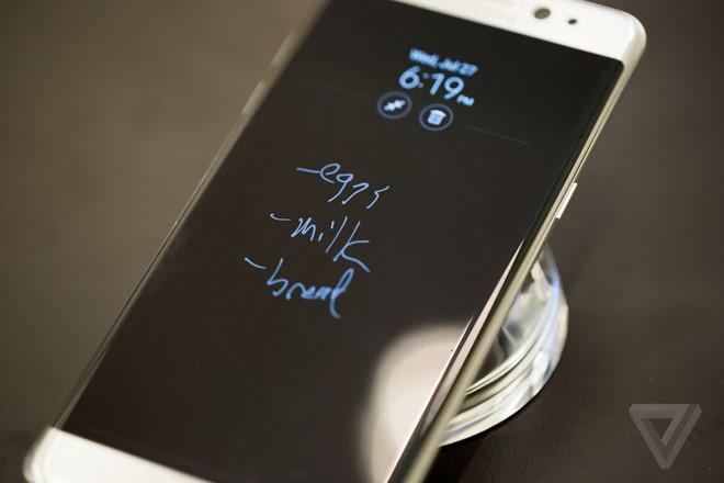 Samsung Galaxy Note7 có thể kháng bụi, kháng nước theo chuẩn IP68 tương tự Galaxy S7. Ảnh: Theverge.
