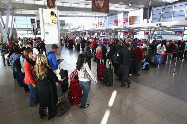 Lee bị bắt tại sân bay khi cảnh sát phát hiện ra sự việc.