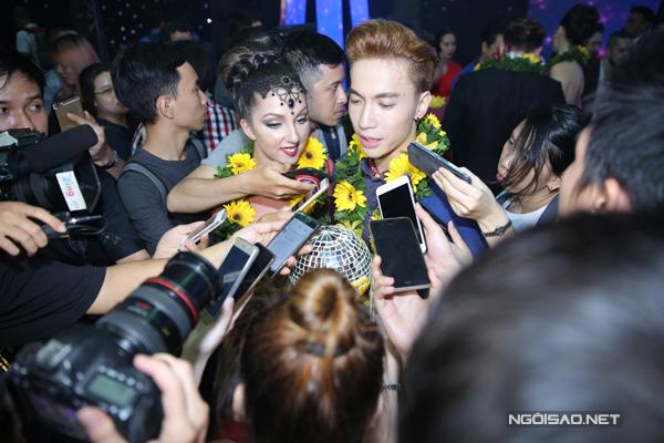 ST và bạn nhảy trong vòng vây của báo chí sau khi trở thành Nam vương đầu tiên của Bước nhảy hoàn vũ 2016.