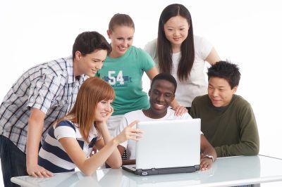 Du học sinh có thể làm quen với những người có thể giúp mình khi học đại học. Ảnh: Money4uni.net.