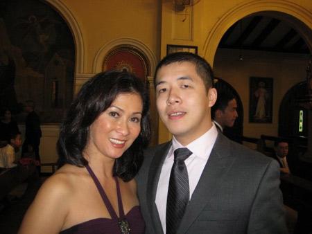Vợ đầu tiên của ông Johnathan Hạnh Nguyễn có tên Cristina Serrano. Bà là cháu họ của phu nhân cựu Tổng thống Philipines Imelda Marcos.