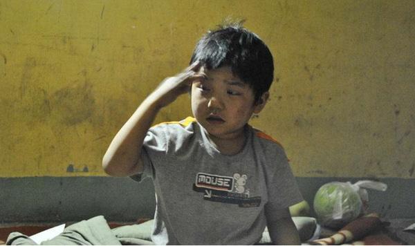 Ông Xiong Jianguo lo lắng đôi mắt của con gái sẽ bị ảnh hưởng vì làm bài tập trong điều kiện thiếu ánh sáng.