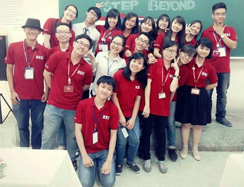 Trí (áo trắng hàng trên) và các thành viên của CLB Business & English Club