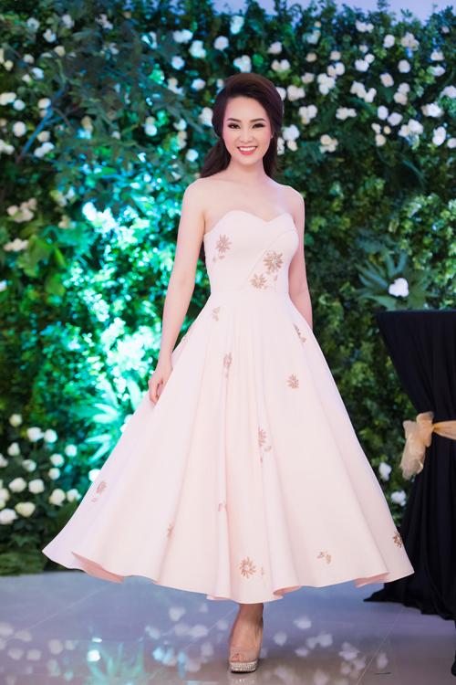 Á hậu Thụy Vân khoe vai trần nuột nà trong váy xòe như công chúa. Không ai nghĩ, cô đã là bà mẹ của cậu con trai hơn 3 tuổi.