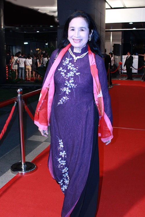 Nghệ sĩ Trà Giang luôn mặc áo dài ở các sự kiện trọng đại.