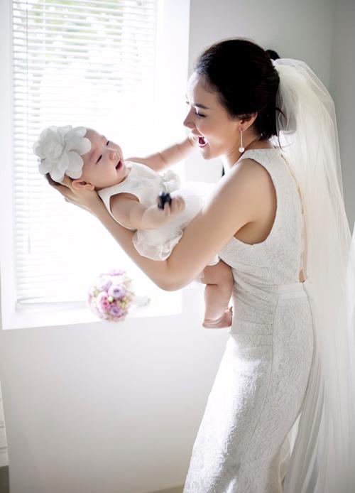 Trang Nhung chia sẻ, cô mãn nguyện khi sinh được nàng công chúa nhỏ. Nữ diễn viên chăm chút, cho bé làm điệu từ những tháng đầu đời.
