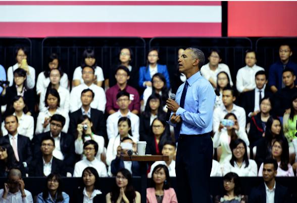 Và sau đó xắn tay áo lên, bắt đầu màn thuyết trình đầy cảm hứng với thanh niên trẻ người Việt.