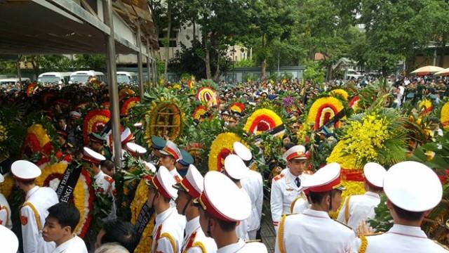 Hàng trăm đoàn đại biểu xếp hàng dài từ cửa nhà tang lễ ra sân chờ vào viếng.