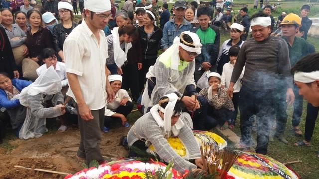Rất đông người dân đến chia buồn và tiễn vong linh anh Phạm Văn Cường về nơi yên nghỉ cuối cùng. Ảnh Nhật Minh