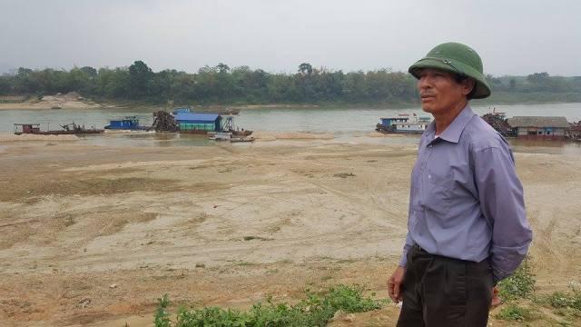 Ông Nguyễn Đình Chí (người dân thôn Gò Hu) cho biết, mỗi khi mực nước sông dâng cao, các tàu cát tràn vào ven bờ khai thác. Ảnh: Cao Tuân