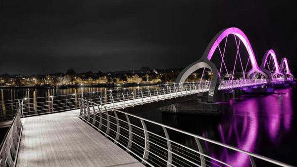 Cầu Sölvesborg do công ty Ljusarkitektur khởi công năm 2013 tại Thụy Điển, dài 755 m, là cầu đi bộ dài nhất châu Âu, nổi tiếng với cách trang trí đèn LED đổi màu trên các mái vòm.