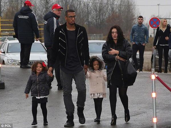 Hình ảnh hậu vệ Đức Jerome Boateng cùng với vợ là Sherin và 2 cô con gái sinh đôi năm 5 tuổi Soley và Lamia. Anh đã cấm họ đi du lịch đến Euro 2016 ở Pháp