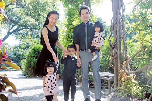 Huyền Ny bên cạnh chồng làm dược sĩ và 3 con đáng yêu.
