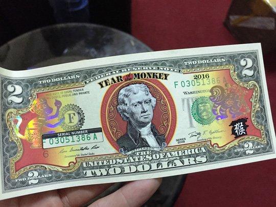 Đồng tiền 2 USD in hình khỉ giá 350.000 đồng/tờ