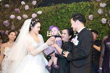Bà Thu Huệ và Trang Nhung trong lễ ăn cưới.