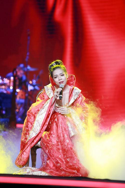 Trang phục khó hiểu của Hà Linh.