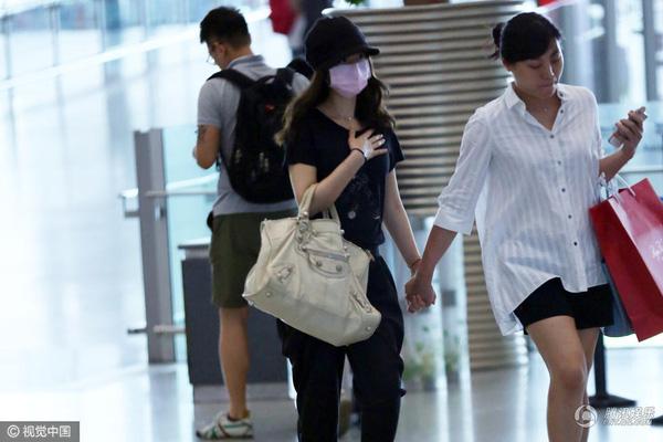 Trong suốt quãng đường đi, Lâm Tâm Như nhiều lần dùng tay vỗ ngực như muốn nôn. Hành động này của người đẹp 40 tuổi khiến thông tin cô đã mang thai con đầu lòng có thêm cơ sở.